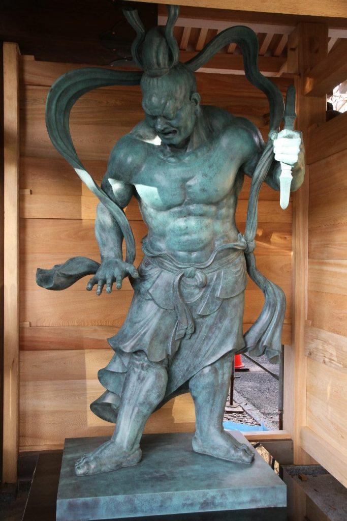 右側の阿形の仁王像